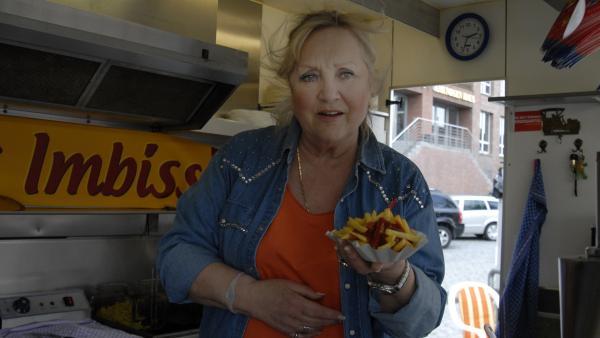 Selbst Oma Lenis (Doris Kunstmann) köstliche Pommes kriegt Max heute nicht runter... | Rechte: NDR/Romano Ruhnau
