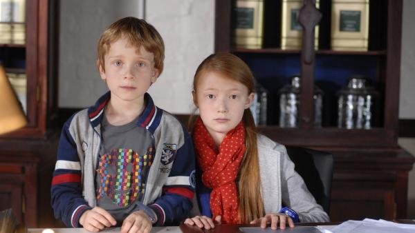 Henri (Sammy O'Leary) und Emma (Aurelia Stern) suchen nach Indizien. | Rechte: NDR/Romano Ruhnau