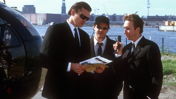 Die Comic-Schmuggler v.li.: John Quentin (Götz Otto) und Fred Hall (Jochen Bendel) verhandeln mit einem exklusiven Sammler (Christof Tomanek). | Rechte: NDR/Bearnd Fraatz