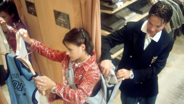 Gonzo (Jannik Büddig) schiebt Jana (Anna-Elena Herzog) einen Ladendiebstahl unter. | Rechte: NDR/Baernd Fraatz