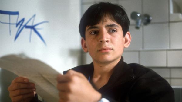 Cem (Ihsan Ay) ist total erstaunt: In einem alten Brief seines längst verstorbenen Vaters, liest er, dass ihm zu seinem 14. Geburtstag 10.000 Euro vererbt werden. | Rechte: NDR/Baernd Fraatz
