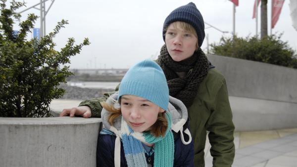 Jessi (Martha Fries) und Max (Bruno Alexander) haben zwei verdächtige Jugendliche im Visier. | Rechte: NDR/Romano Ruhnau