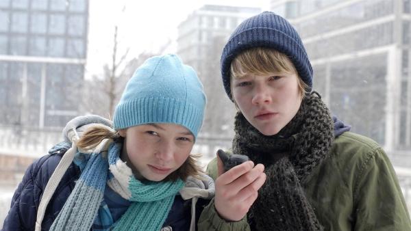 Die Observation kann starten! Jessi (Martha Fries) und Max (Bruno Alexander) informieren ihre Pfefferkörner-Freunde. | Rechte: NDR/Romano Ruhnau