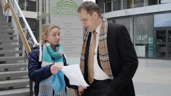 Jessi (Martha Fries) zeigt dem Immobilienmakler Hajo Hochmuth (Stephan Schad) ein Täter-Phantombild. | Rechte: NDR/Romano Ruhnau