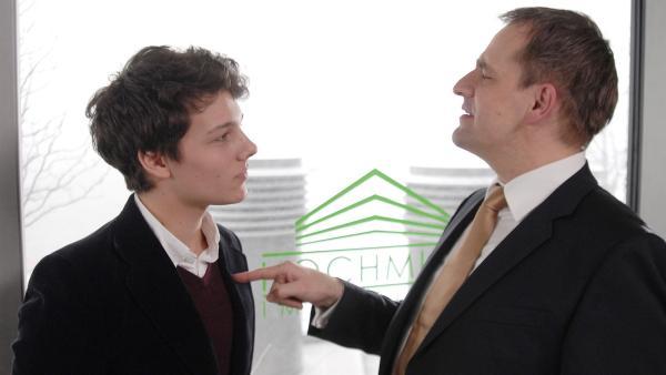 Immobilienmakler Hochhuth (Stephan Schad, re.) setzt Sebastian (Lukas Kieback, li.) unter Druck: Die Obdachlosen müssen aus der Hafencity verschwinden! | Rechte: NDR/Romano Ruhnau