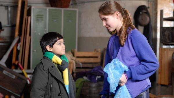 Nina (Carolin Garnier) erklärt Luis (Emilio Sanmarino) ihren Plan. | Rechte: NDR/Romano Ruhnau