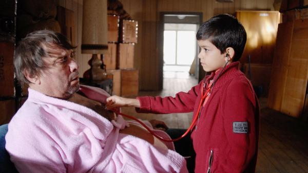 Luis (Emilio Sanmarion, re.) kümmert sich rührend um den obdachlosen Uwe (Jan Peter Heyne, li.). | Rechte: NDR/Romano Ruhnau