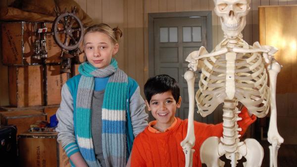 Jessi (Martha Fries) ist skeptisch. Aber Luis (Emilio Sanmarino) besteht darauf, ein Skelett im Hauptquartier aufzustellen. | Rechte: NDR/Romano Ruhnau