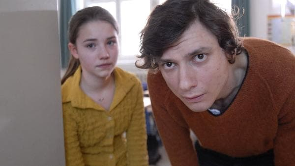 Nina (Carolin Garnier) und Biolehrer Schüngel (Sören Wunderlich) können es nicht glauben: Die Klassenzimmertür ist verschlossen. | Rechte: NDR/Romano Ruhnau