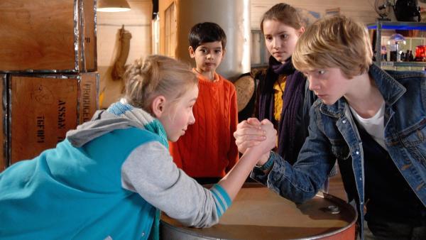 Jessi (Martha Fries) fordert Max (Bruno Alexander) heraus: Wer ist das stärkste Pfefferkorn? | Rechte: NDR/Romano Ruhnau