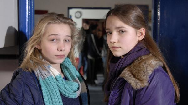 Nina (Carolin Garnier, re.) will nach Hause, aber Jessi (Martha Fries, li.) würde lieber noch im Jugendzentrum bleiben... | Rechte: NDR/Romano Ruhnau