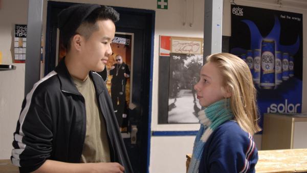 Chuoc (Anh-Quoc Doan) lädt Jessi nach dem HipHop-Kurs ein, noch ein bisschen länger im Jugendzentrum zu bleiben. | Rechte: NDR/Romano Ruhnau