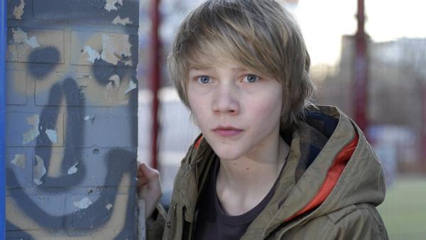 Max (Bruno Alexander) auf Beobachtungsposten vor dem Jugendzentrum | Rechte: NDR/Romano Ruhnau