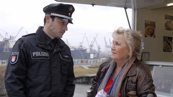 Antiaggressionstrainer und Stadtteilpolizist Milos (Alexander Milo) führt mit Oma Leni (Doris Kunstmann) ein ernstes Gespräch über Max' Verhalten. | Rechte: NDR/Romano Ruhnau