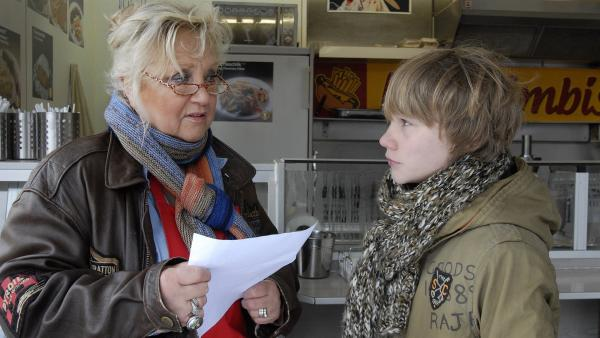 Max (Bruno ALexander) wird ins Anti-Aggressionstraining beordert - Oma Leni (Doris Kunstmann) ist wenig begeistert. | Rechte: NDR/Romano Ruhnau