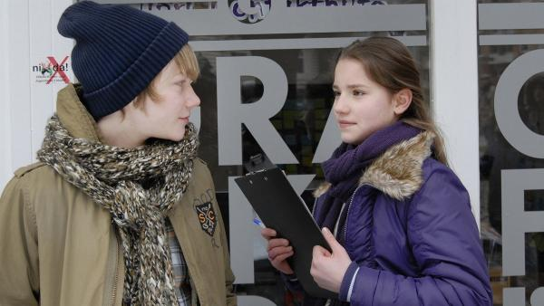 Max (Bruno Alexander) recherchiert mit Nina (Carolin Garnier) vor einem Grafik-Büro in Hamburg-St. Pauli: Würde sich hier ein Einbruch für Chuoc und seine Gang lohnen? | Rechte: NDR/Romano Ruhnau