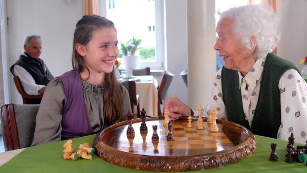 Nina (Carolin Garnier) spielt im Seniorenheim Schach mit ihrer alten Nachbarin Edda Prühse (Renate Delfs). | Rechte: NDR/Romano Ruhnau
