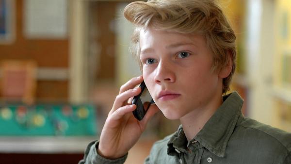 Max (Bruno Alexander) beobachtet die Stationsschwester - und Lusi hört am anderen Ende des Telefons mit. | Rechte: NDR/Romano Ruhnau