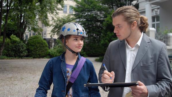 Ablenkungsmanöver: Nina (Carolin Garnier) verwickelt den Verdächtigen Marcel (Justin Marsiglia) in ein Gespräch. | Rechte: NDR/Romano Ruhnau