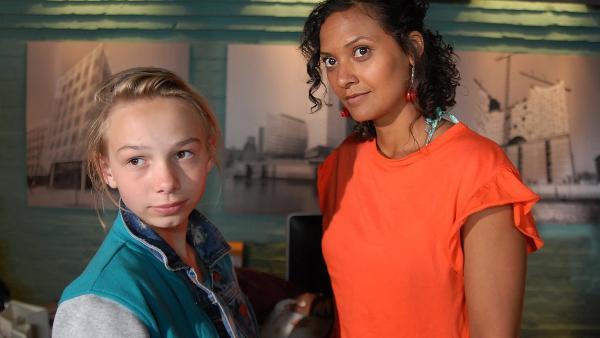 So langsam nähern Jessi (Martha Fries, li.) und Isabell (Lucia Peraza Rios, re.) sich an. | Rechte: NDR/Romano Ruhnau