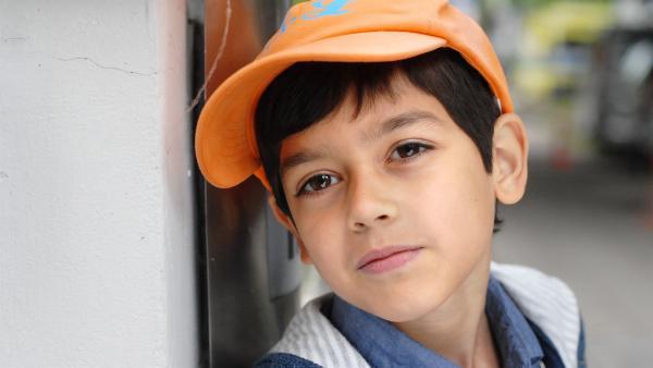Das jüngste Pfefferkorn, Luis (Emilio Sanmarino), auf Beobachtungsposten. | Rechte: NDR/Romano Ruhnau