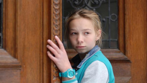(Martha Fries) ist irritiert: die Haustür der Villa Lüderich ist offen... | Rechte: NDR/Romano Ruhnau