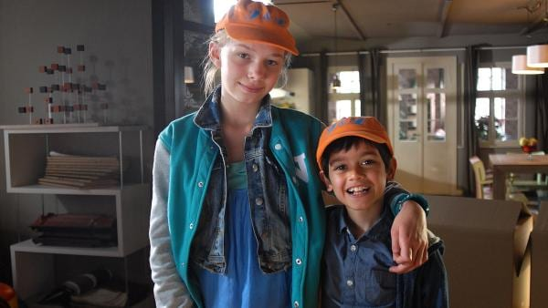 Die Caps mit den Initialen J&L hat Luis (Emilio Sanmarino, re.) für sich und Jessi (Martha Fries, li.) machen lassen. | Rechte: NDR/Romano Ruhnau
