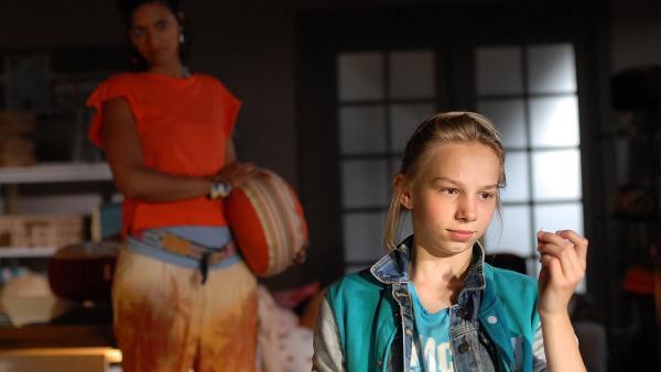 Jessi (Martha Fries, vorn) entdeckt auf dem Boden im Kontor einen Sonnenblumenkern - und weiß plötzlich, wer der Täter ist! | Rechte: NDR/Romano Ruhnau