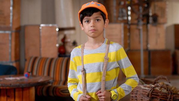 Luis (Emilio Sanmarino) ist zu allen Ermittlungen bereit - doch Jessi lässt ihn einfach im Hauptquartier stehen. | Rechte: NDR/Romano Ruhnau