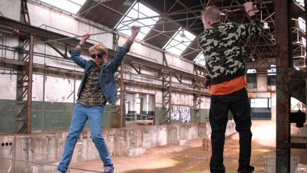 Mutprobe: Max (Bruno Alexander, links) wird von Gangführer Yannick (David Riske, rechts) gezwungen, mit Augenbinde auf das Hochseil zu gehen. | Rechte: NDR/Romano Ruhnau