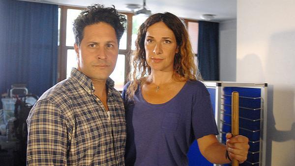 Antonio (Orazio Zambellett) ist so mit seiner Prüfung zum Sicherheitsbeauftragten beschäftigt, dass er und Mari (Clelia Sarto) für die Probleme ihrer Tochter Nina kein Ohr haben... | Rechte: NDR/Romano Ruhnau