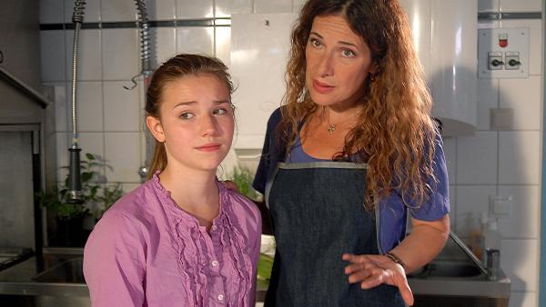 Maria (Clelia Sarto, rechts) hat mit der Schulkantine alle Hände voll zu tun -  und im Moment für Tochter Nina (Carolin Garnier, links) kein Ohr. | Rechte: NDR/Romano Ruhnau