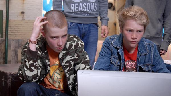 Ob Max (Bruno Alexander, rechts) die kaputte Speicherkarte wieder zum Laufen kriegt? Yannick (David Riske, links) ist skeptisch. | Rechte: NDR/Romano Ruhnau