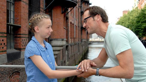 Jessi (Martha Fries) ist froh, ihren Vater (Markus Knüffken) mal ganz für sich zu haben. | Rechte: NDR/Romano Ruhnau