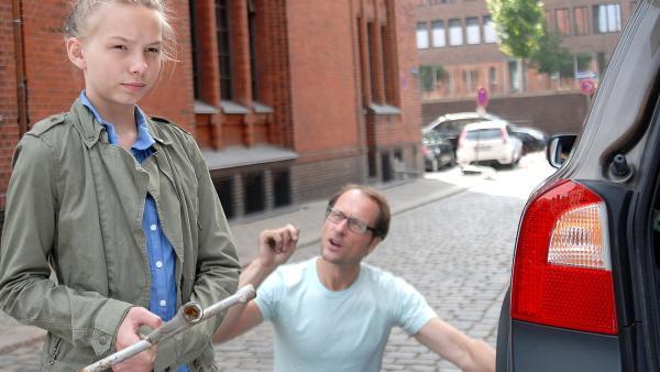 Alex (Markus Knüffken) braucht den Wagenheber - aber Jessi (Martha Fries) ist mit ihren Gedanken ganz beim neuen Pfefferkörner-Fall... | Rechte: NDR/Romano Ruhnau