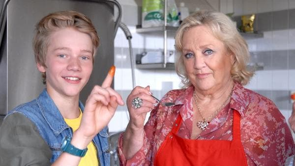 Max (Bruno Alexander) testet Oma Lenis (Doris Kunstmann) neue Currysaucen und ist begeistert. | Rechte: NDR/Romano Ruhnau
