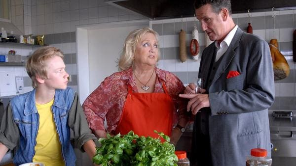 Champagner-Herbert (Kai Maertens, rechts) macht Oma Leni (Doris Kunstmann) ein unlauteres Angebot.... Max (Bruno Alexander, links) ist nicht begeistert. | Rechte: NDR/Romano Ruhnau