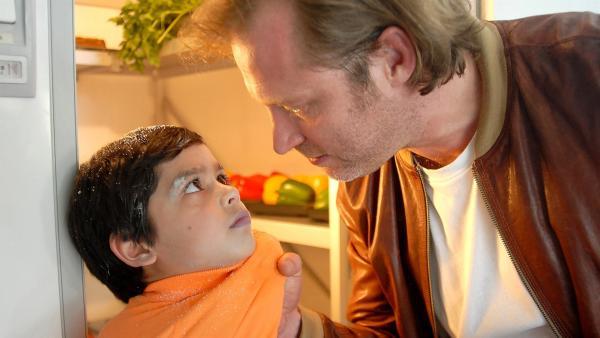 Raus mit dem Rezeptbuch! Wurst-Daniel (Benjamin Höppner, re.) setzt Luis (Emilio Sanmarino, li.) unter Druck. | Rechte: NDR/Romano Ruhnau