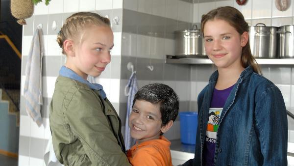 Jessi (Martha Fries, links) und Nina (Carolin Garnier, rechts) sind froh, Luis (Emilio Sanmarino) aus den Fängen von Wurst-Daniel befreit zu haben... | Rechte: NDR/Romano Ruhnau