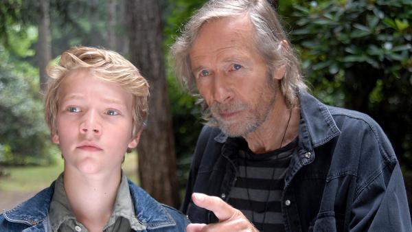 Hans von der Hagen (Horst Janson, re.) zeigt Max (Bruno Alexander, li.) einen Fluchtweg. | Rechte: NDR/Romano Ruhnau
