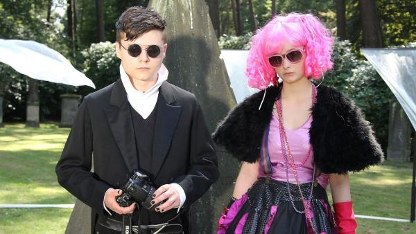 Die Emos und Mangafans Sophie (Johanna Werner) und Malte (Tom Böttcher) auf dem Friedhof. | Rechte: NDR/Romano Ruhnau
