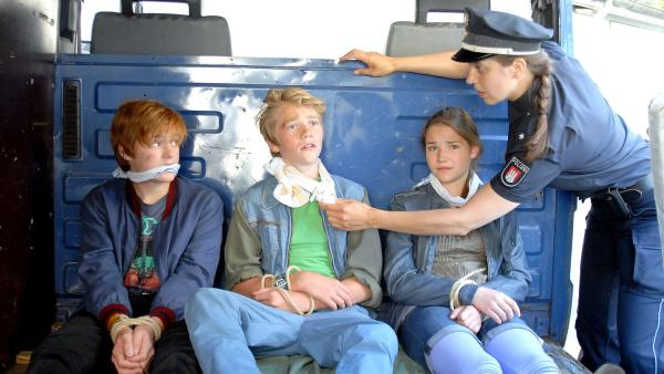 Die Polizei befreit Lennart (Justus Rosenkranz), Max (Bruno Alexander) und Nina (Carolin Garnier) (v.l.n.r.) aus den Fängen einer rechtsradikalen Gang. | Rechte: NDR/Romano Ruhnau