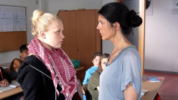 Hat die Deutschlehrerin (Katinka Auberger, re.) richtig verstanden? Viki (Eva Nürnberg, li.) weigert sich, mit einer türkischen Klassenkameradin zusammen zu arbeiten. | Rechte: NDR/Romano Ruhnau