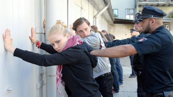 Das Aus für die Rechtsradikalen im Hinterhof: Viki (Eva Nürnberg) und Richie (Alexander Finkenwirth, 2.v.li) in Polizeigewahrsam. | Rechte: NDR/Romano Ruhnau