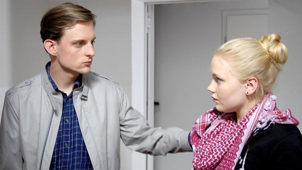 Richie (Alexander Finkenwirth) erwartet von Viki (Eva Nürnberg) mehr Einsatz für die Belange seiner rechtsradikalen Vereinigung. | Rechte: NDR/Romano Ruhnau