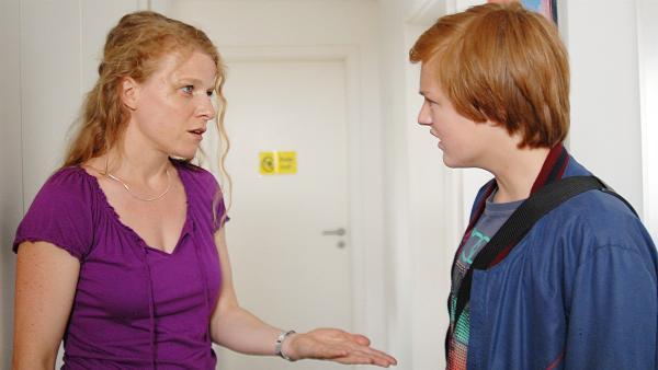 Immer öfter gerät Silvie Lewandowski (Annika Martens) mit ihrem Sohn Lennart (Justus Rosenkranz) aneinander. | Rechte: NDR/Romano Ruhnau