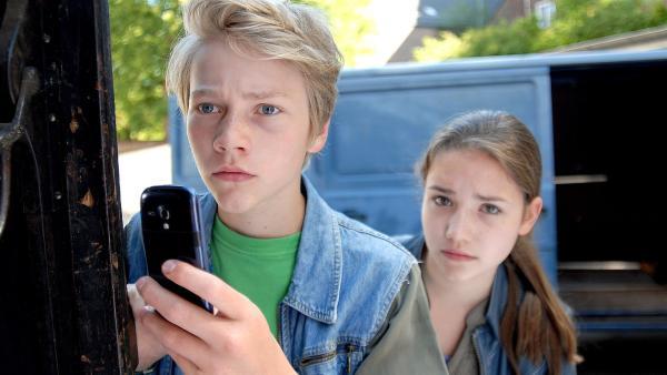 Max (Bruno Alexander) und Nina (Carolin Garnier) trauen ihren Augen nicht: Ihr Mitschüler Lennart ist Mitglied einer rechtsradikalen Vereinigung. | Rechte: NDR/Romano Ruhnau