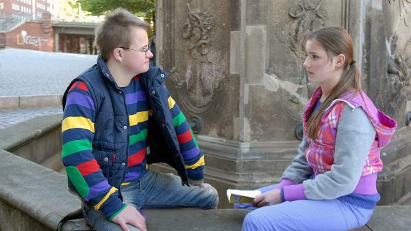 Matteo (Robin Huth) hilft seiner Schwester Nina (Carolin Garnier) beim Textlernen.   Rechte: NDR/Romano Ruhnau