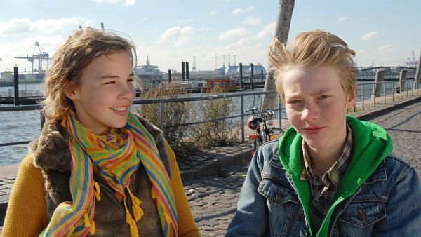 Max (Bruno Alexander) fühlt sich geschmeichelt: Tatja (Maya Frantzius) himmelt ihn an. | Rechte: NDR/Romano Ruhnau