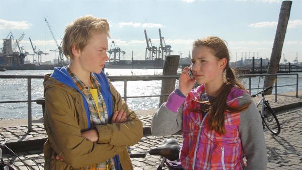 Max (Bruno Alexander) und Nina (Carolin Garnier) machen sich Sorgen: Wo bleiben Jessi und Luis bloß? | Rechte: NDR/Romano Ruhnau